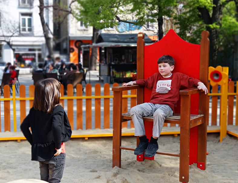 """Игра на """"владетели"""", която наблюдавахме на площадката пред храм """"Свети Седмочисленици: в София"""