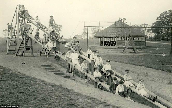 Първата детска пързалка за обществено ползване в Англия, изградена през 1022 година.